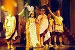 Kleopatra (M. Absolonová) a Caesar (J. Helekal) ve scéně